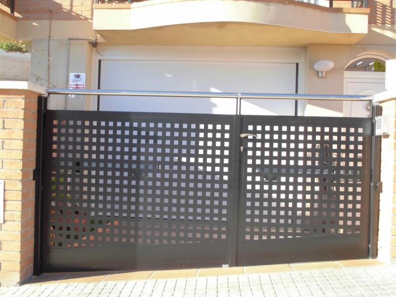 Cancelas de jard n correderas y batientes for Puerta corredera exterior jardin